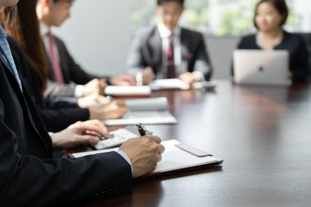 職場で合わない人がいて人間関係に悩みがある職場の会議写真