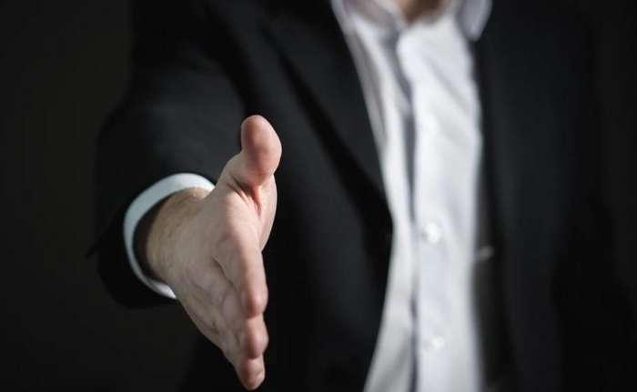 ビジネス心理学を満トレから学んでラポールを築こうとする営業マン